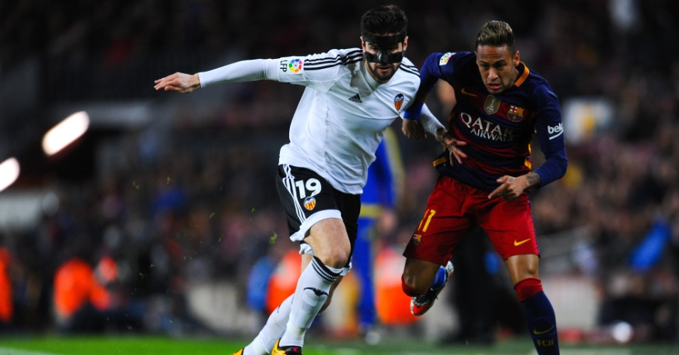 Neymar tenta superar a marcação de Barragán na partida entre Barcelona e Valencia pela Copa do Rei