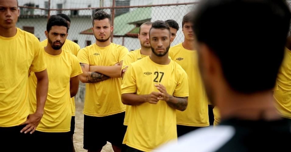 Jean Chera recebe instruções em treino da Portuguesa Santista