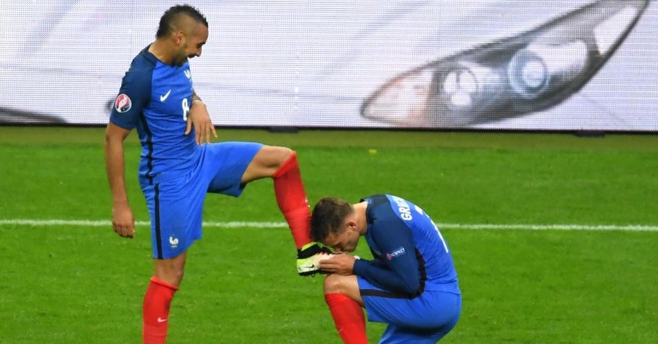 Griezmann beija a chuteira de Payet após o terceiro gol da França sobre a Islândia na Eurocopa