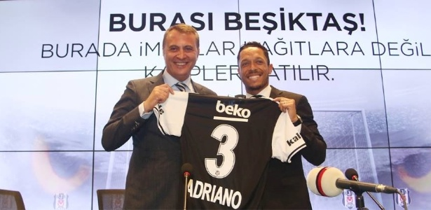Adriano recebe a camisa 3 do Besiktas
