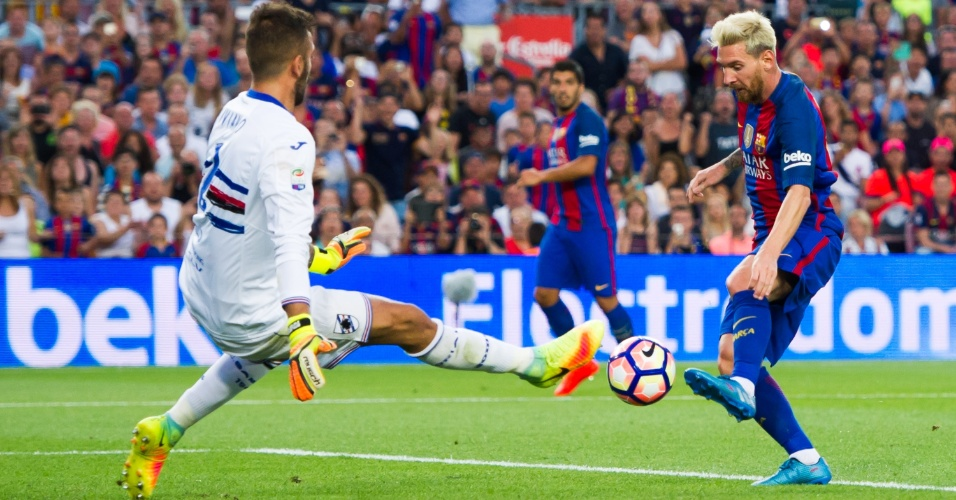 Messi dribla o goleiro da Sampdoria e marca o seu primeiro gol na temporada 2016-17