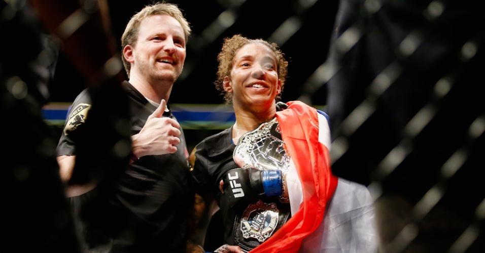Randemie segura seu novo cinturão, o do peso pena feminino do UFC