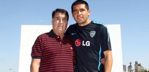 Rojitas (esq) e Riquelme, dois dos maiores jogadores da história do Boca - Reprodução/Site oficial