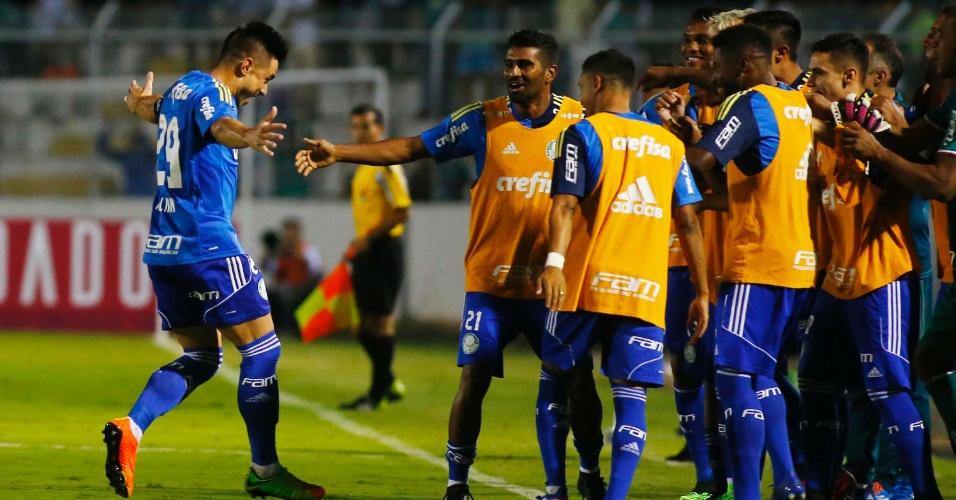 Willian festeja com jogadores do Palmeiras um dos gols contra o Red Bull