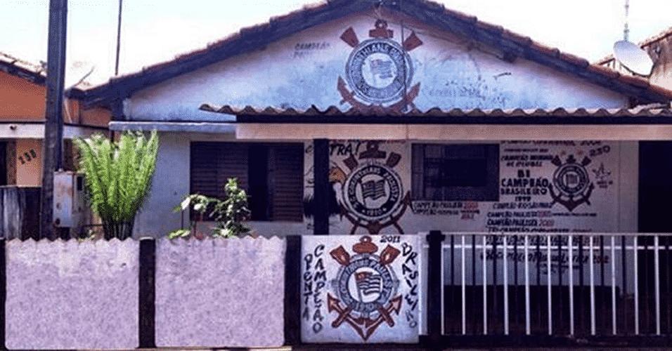 A casa do jardineiro aposentado Francisco de Aquino, conhecido como Chiquinho Corintiano, já virou ponto turístico da cidade de Olímpia-SP. A primeira pintura foi feita em 1990, e a decoração só aumentou desde então - Reprodução/Twitter @Corinthians