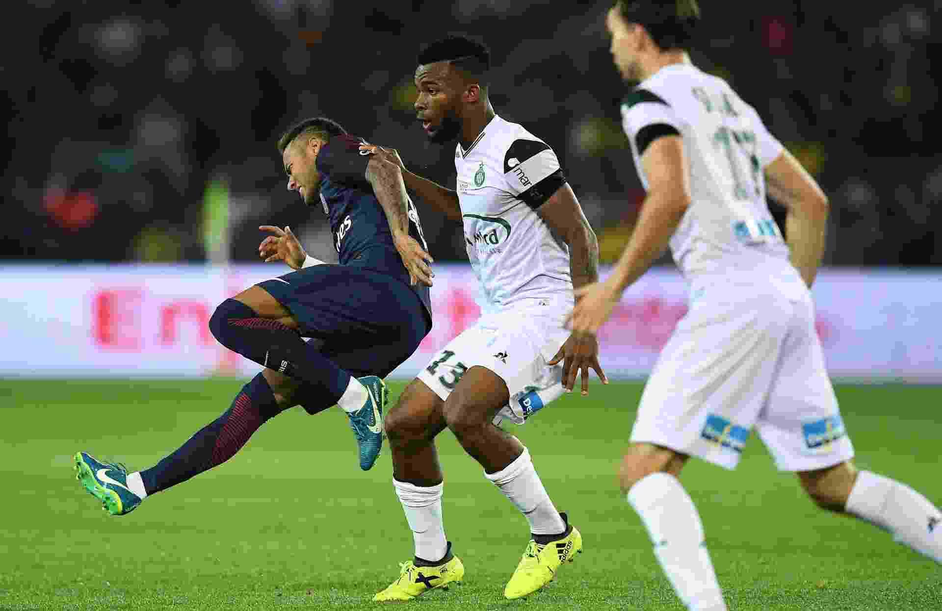 Neymar sofre falta cometida por Habib Manga em Paris Saint-Germain x Saint-Etienne - Franck Fife/AFP