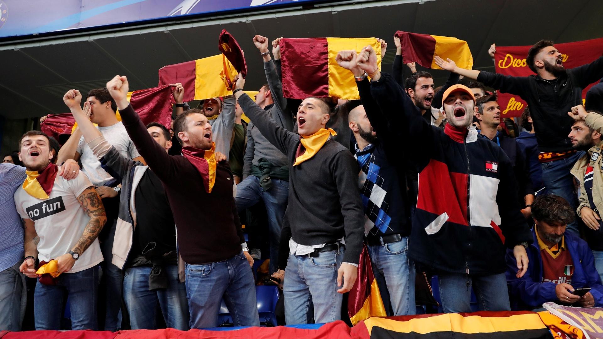 Torcedores da Roma cantam antes da partida contra o Chelsea