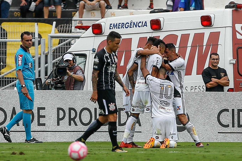 Jogadores da Ponte Preta comemoram o gol de Lucca, da Ponte Preta, contra o Corinthians pelo Campeonato Brasileiro de 2017