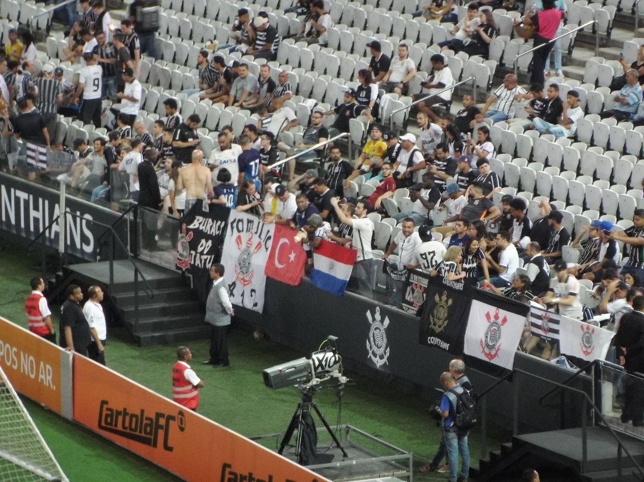A já tradicional bandeira do Paraguai ganhou uma vizinha na arquibancada Sul da Arena Corinthians. É da Turquia, país onde nasceu Kazim