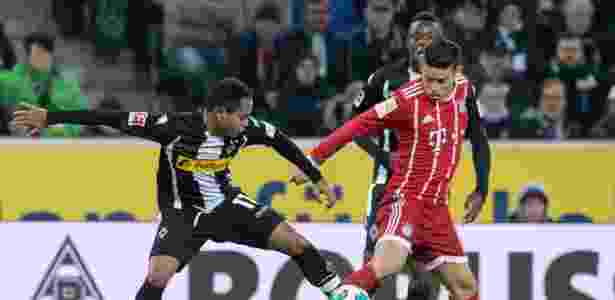 O meia James Rodríguez (dir.) durante uma partida do Bayern de Munique - BERND THISSEN/AFP