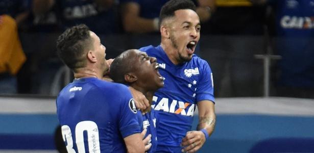 Jogadores do Cruzeiro comemoram gol sobre a Universidad de Chile