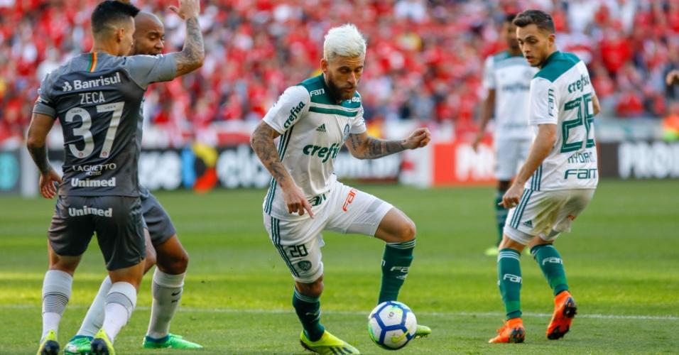 Lucas Lima carrega a bola pelo Palmeiras e é observado por Zeca, do Internacional