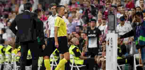 Árbitro consulta o VAR antes de dar gol de Benzema em Real x Leganés - Rodrigo Jimenez/EFE - Rodrigo Jimenez/EFE