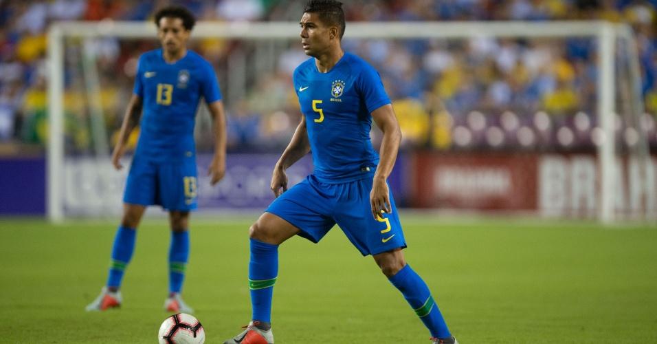 Casemiro carrega a bola durante amistoso da seleção brasileira com El Salvador