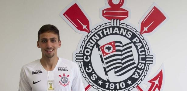 Gustavo posa em sua apresentação como reforço do Corinthians - Daniel Augusto Jr. / Ag. Corinthians