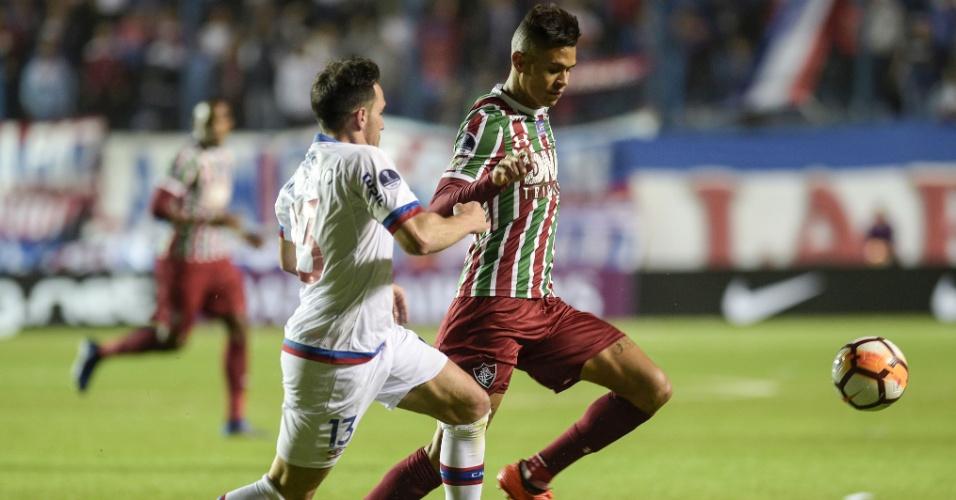 Richard tenta escapar da marcação durante visita do Fluminense ao Nacional (URU)
