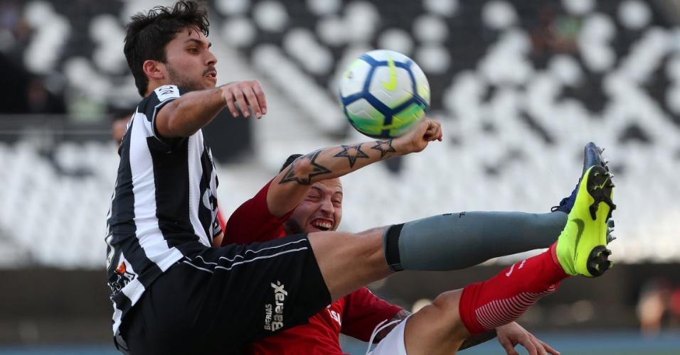 Igor Rabello e Nico López dividem bola durante Botafogo x Internacional