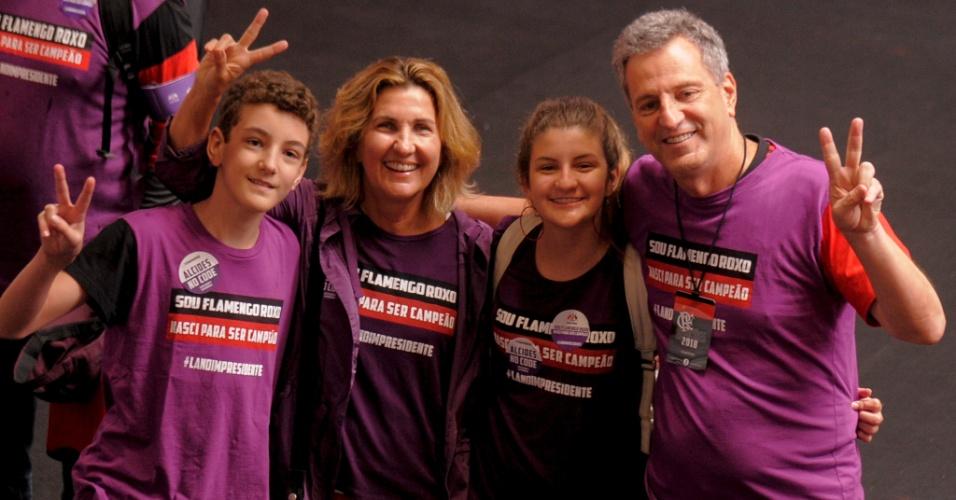 Rodolfo Landim com mulher e filhos na eleição do Flamengo