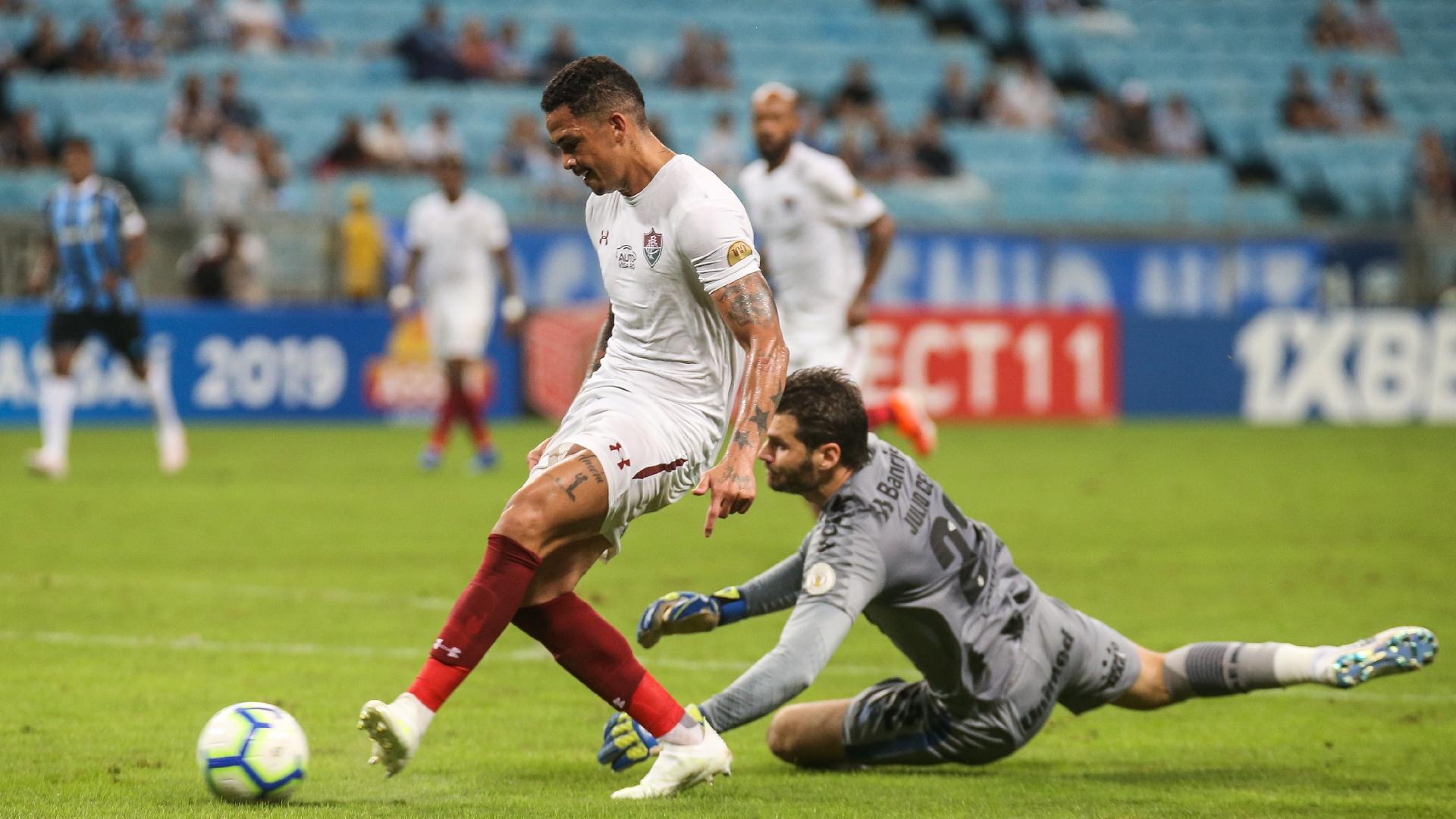Luciano faz segundo gol do Fluminense após falha de Júlio César
