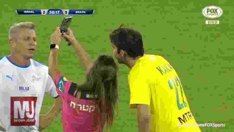 Kaká tira selfie com árbitra durante amistoso de lendas entre Brasil e Israel - Reprodução/Fox Sports