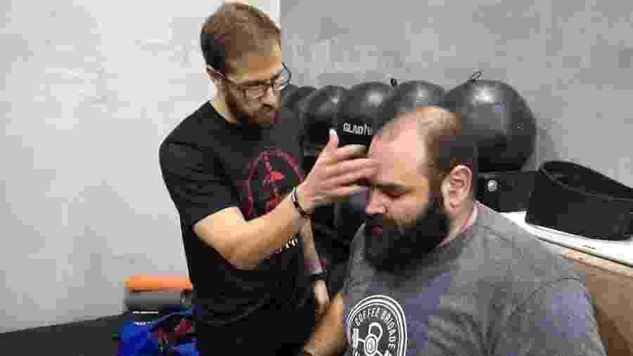 Walter Rogério, o Brutus, é hipnotizado por Maurici Mariano, o Bruxo, em treino de strongman - Adriano Wilkson/UOL