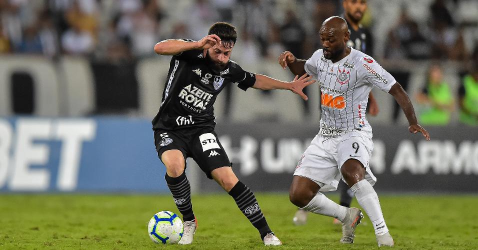 João Paulo e Vagner Love, durante partida entre Botafogo e Corinthians