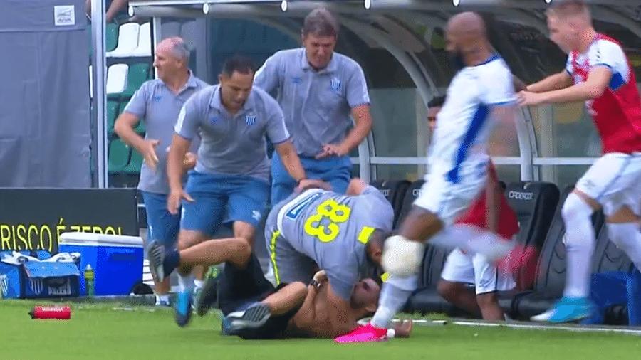 Bruno Silva, do Avaí, agride torcedor do Figueirense no chão com um chute - Reprodução/Premiere