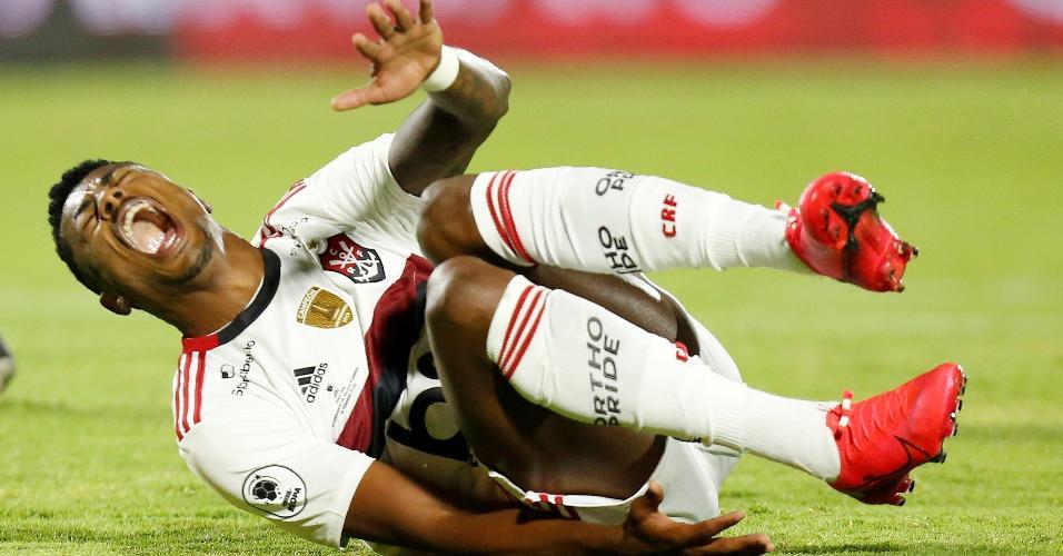 Bruno Henrique, do Flamengo, se machuca durante decisão da Recopa Sul-Americana contra o Del Valle