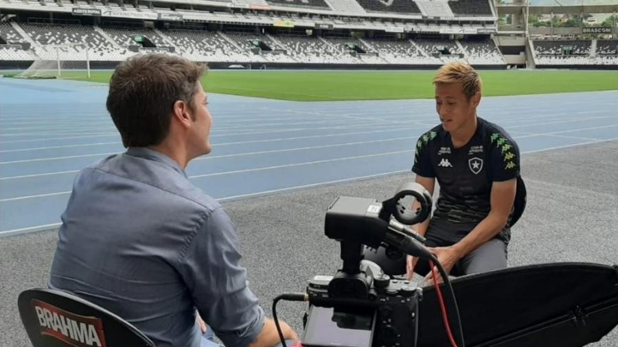 Honda dá entrevista à Globo antes de estreia pelo Botafogo - Divulgação