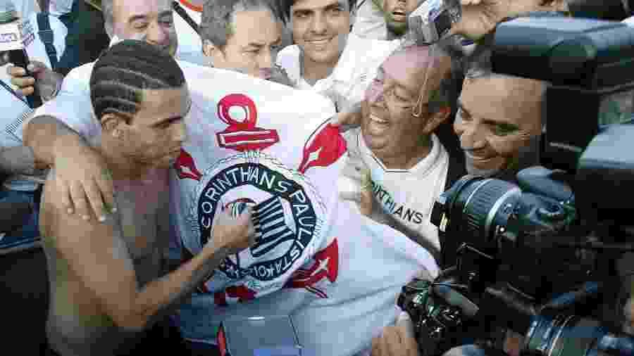 Tevez comemora a conquista do título brasileiro de 2005 pelo Corinthians - Bruno Domingos/Reuters