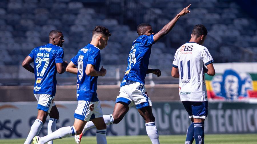Marllon, Stênio e Cacá celebram gol do Cruzeiro contra a URT no Mineirão - Gustavo Aleixo/Cruzeiro