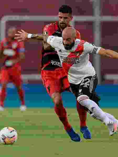 Lucho, do Athletico-PR, disputa bola com Pinola, do River Plate - EFE/ Juan Mabromata POOL