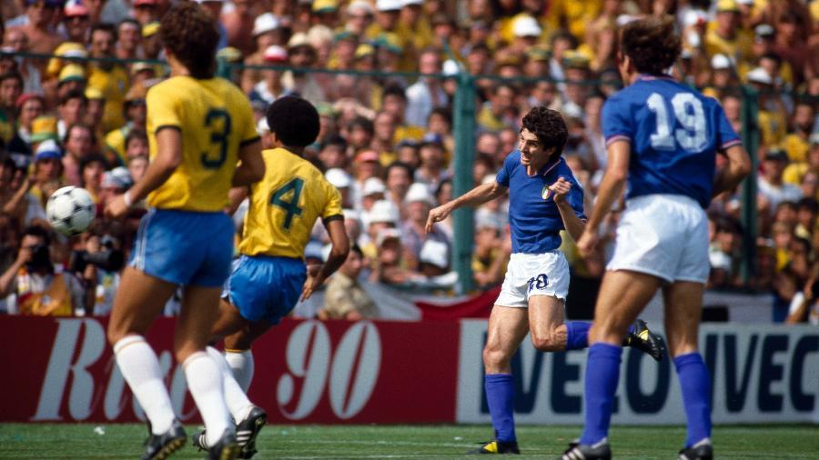 Observado por Francesco Graziani, Paolo Rossi faz um de seus 3 gols pela seleção italiana contra o Brasil - Mark Leech/Getty Images
