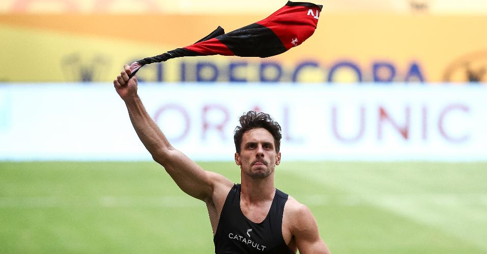 Rodrigo Caio comemora após converter pênalti que deu ao Flamengo o título da Supercopa do Brasil