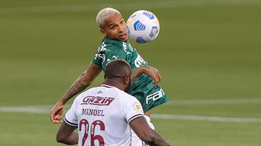 Deyverson disputa lance com Manoel em Palmeiras x Fluminense pelo Brasileirão - Marcello Zambrana/AGIF