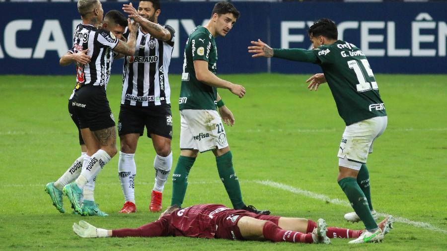 Weverton, do Palmeiras, fica caído no gramado após choque com Savarino no momento do segundo gol do Atlético-MG - Fernando Moreno/AGIF