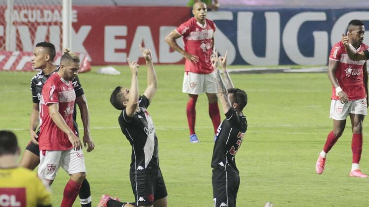Vasco players celebrate goal against CRB for Serie B - THALITA CHARGEL/FUTURA PRESS/FUTURA PRESS/ESTADÃO CONTENT - THALITA CHARGEL/FUTURA PRESS/FUTURA PRESS/ESTADÃO CONTENTS