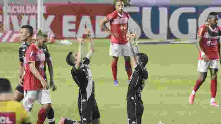 Jogadores do Vasco comemoram gol contra o CRB pela Série B - THALITA CHARGEL/FUTURA PRESS/FUTURA PRESS/ESTADÃO CONTEÚDO - THALITA CHARGEL/FUTURA PRESS/FUTURA PRESS/ESTADÃO CONTEÚDO