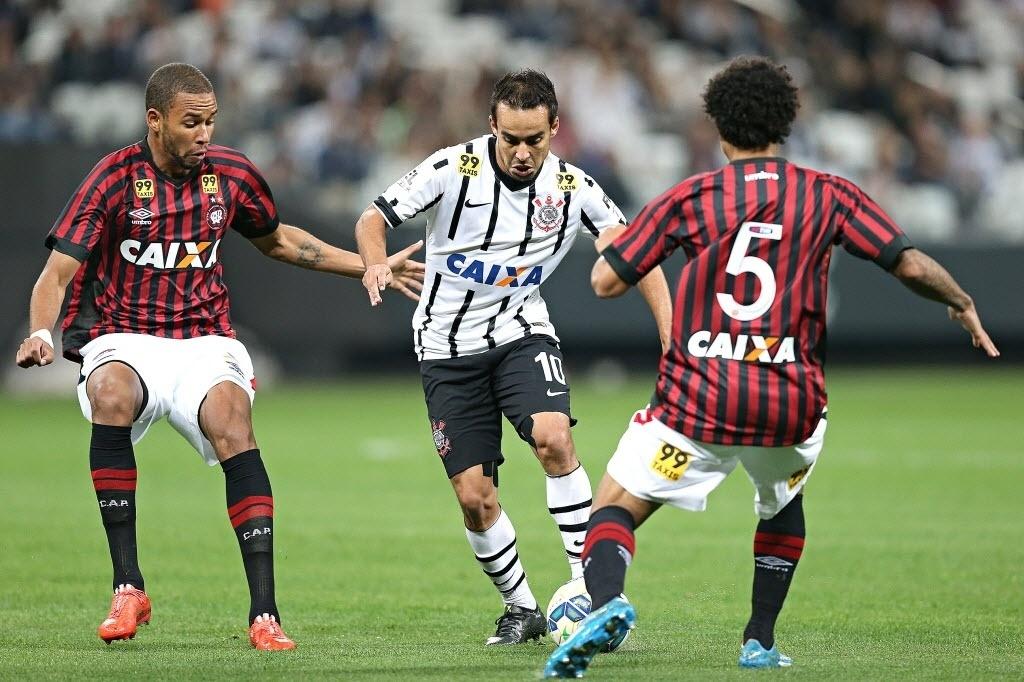 Jadson encara a marcação do Atlético-PR em jogo do Corinthians pelo Brasileirão