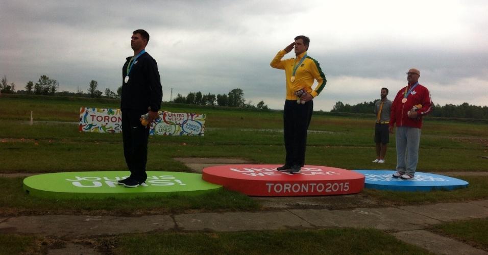 17.jul.2015 - Cassio Rippel (c) presta continência no pódio ao conquistar o ouro da carabina deitado 50 m do Pan de Toronto