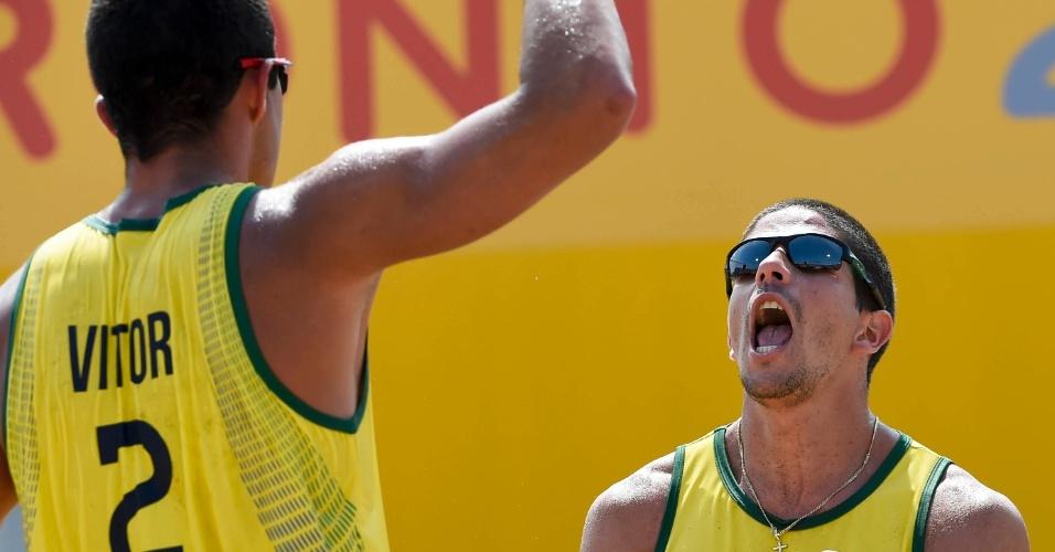 Álvaro e Vitor Felipe comemoram a vitória sobre os uruguaios Renzo Cairus e Mauricio Vieyto no vôlei de praia