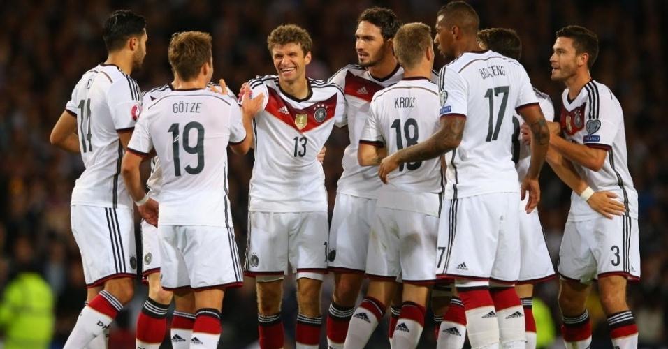 Thomas Müller comemora com jogadores da Alemanha após marcar seu segundo gol contra a Escócia, pelas Eliminatórias da Eurocopa, nesta segunda-feira (7)