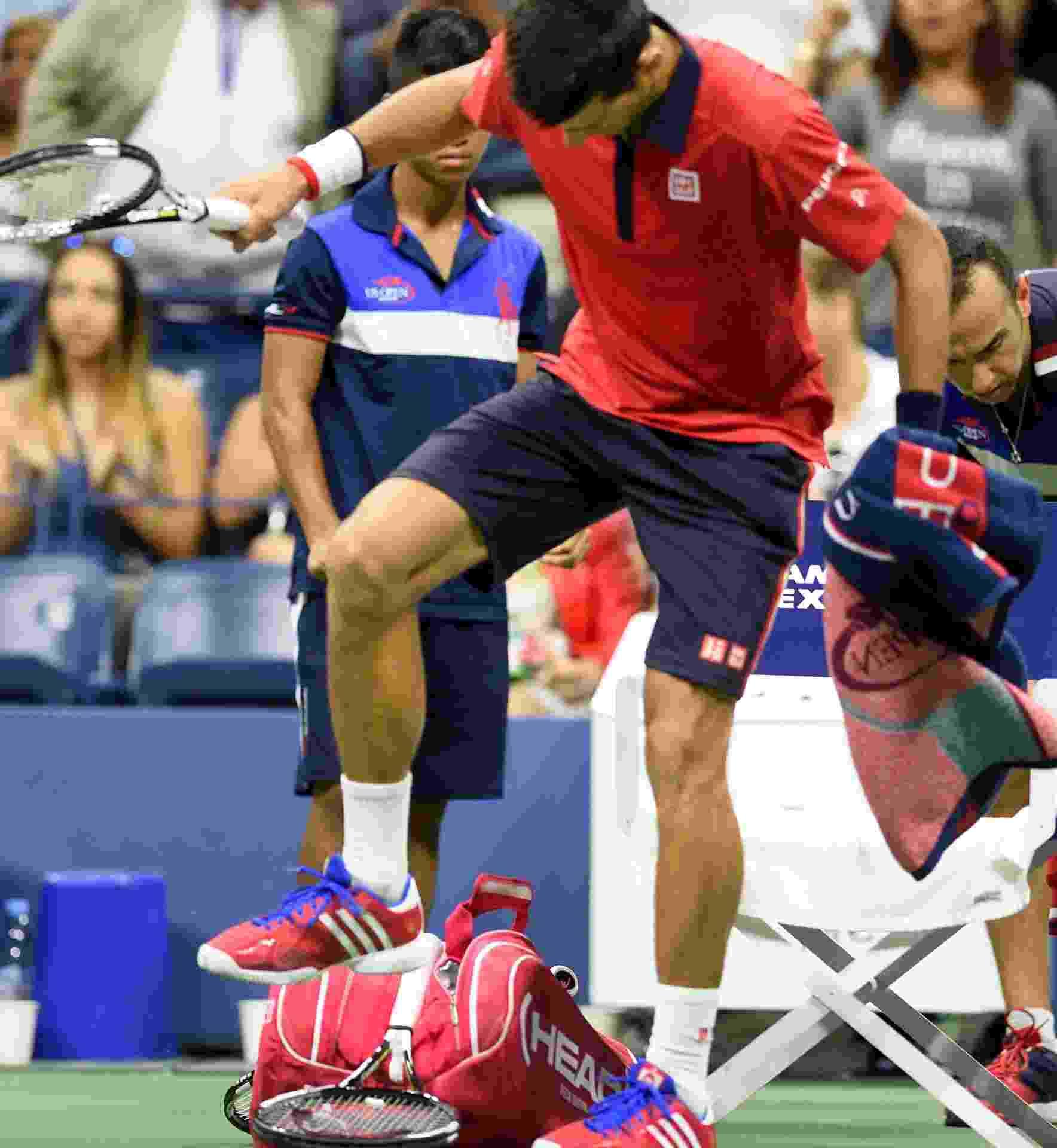 Novak Djokovic perde a paciência e destrói a própria raquete na partida contra Roberto Bautista  no Aberto dos EUA - AFP PHOTO/DON EMMERT