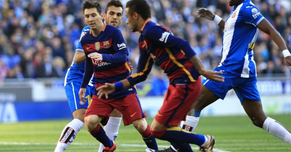 Lionel Messi e Neymar tentam jogada no clássico entre Espanyol e Barcelona pelo Campeonato Espanhol