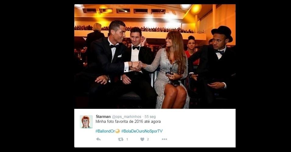 Os memes da premiação da Bola de Ouro se multiplicam na internet. Cristiano Ronaldo dando a mão para a esposa de Messi. Antonella Roccuzo, na frente do argentino e de Neymar é um deles