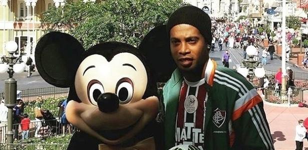 Ronaldinho Gaúcho, de uniforme do Flu, posa ao lado de Mickey na Disney - Reprodução / Instagram