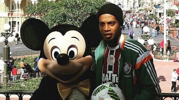Ronaldinho Gaúcho, de uniforme do Flu, posa ao lado de Mickey na Disney