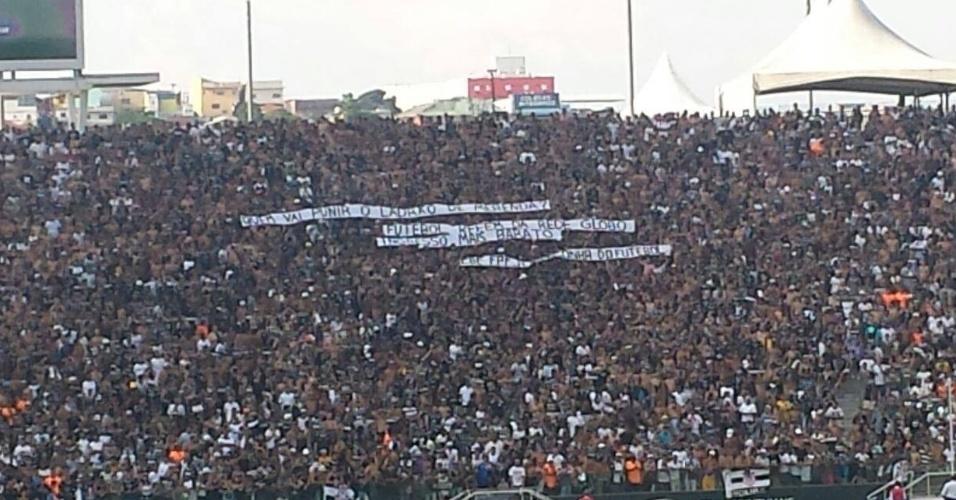 Detalhe das faixas expostas na arquibancada da Arena e que criticam Geraldo Alckmin, a Rede Globo, a CBF e a FPF