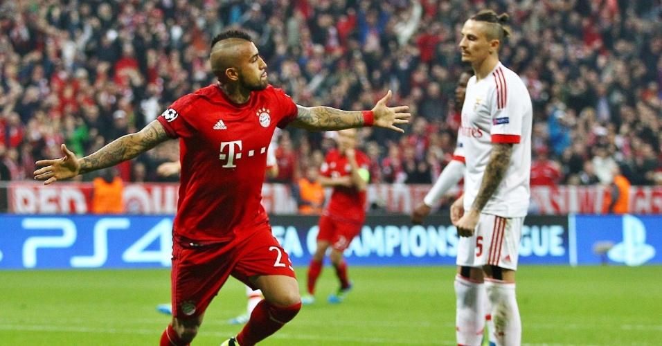 Vidal celebra após abrir o placar para o Bayern de Munique contra o Benfica pela Liga dos Campeões