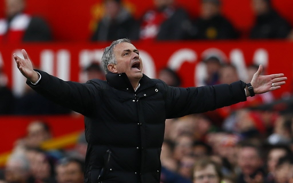 José Mourinho reclama da arbitragem após Valencia cair na área no jogo Manchester United x Arsenal